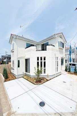 橋場さんが設計した家。天井の高さまであるデザイン窓が特徴。