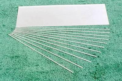 重要のパーツ短冊材。アルミ箔と鉛箔を接着して複合材を作製、断裁して薄い短冊材を作る。それをX線の入射角に合わせて角度をつけて積層して焼き固める。