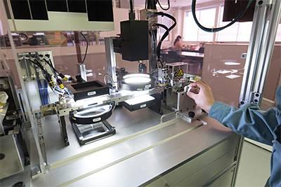 様々な検査装置を開発・製造する