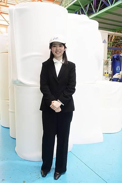 工場内を視察する学生の岡村さん