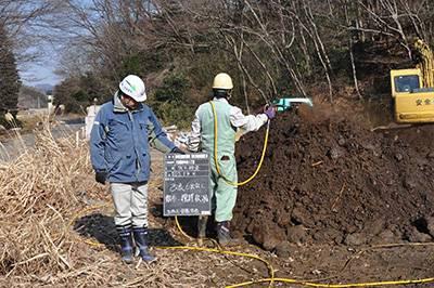 地盤改良工事に使われる六価クロムを浄化する「改良6出なし」を散布する現場